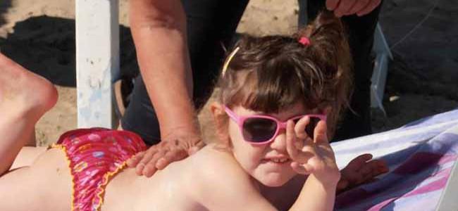 10 semplici consigli per proteggere i bambini dal sole.