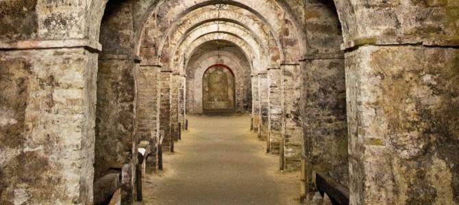 Un mistero corre sotto la città di Santarcangelo: le grotte tufacee.